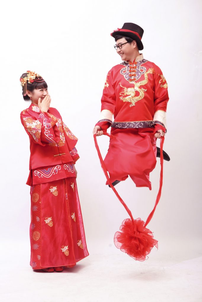 Skipping rope in traditional Chinese wedding bridal wear